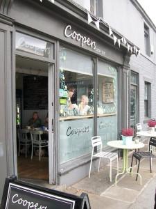 Kavárna Coopers - nad ní je zázemí kde tvoří hlavní organizátorka Yarndale Lucy - malinkaté, ale útulné.