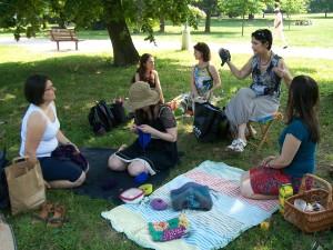 Pohoda na trávníku s pletením - co víc si přát?
